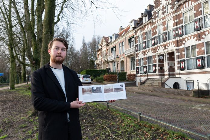 David de Vries, samensteller van het fotoboek boek Amersfoort Toen en Nu, voor een van de plekken die hij daarin belicht, een pand aan het Plantsoen.