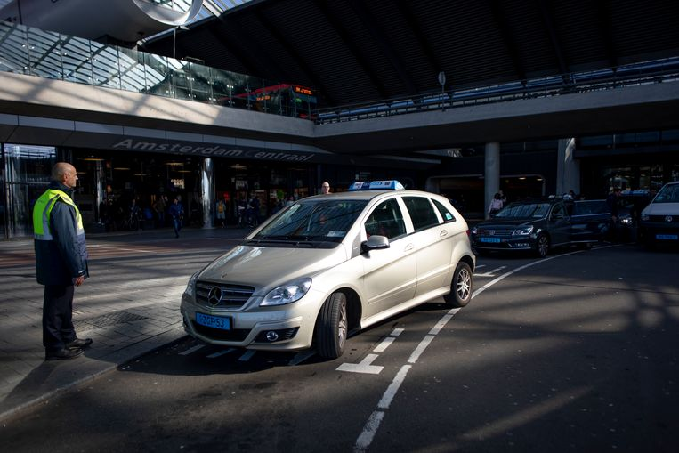 The taxi stand at Amsterdam Central Station  Beeld Lin Woldendorp