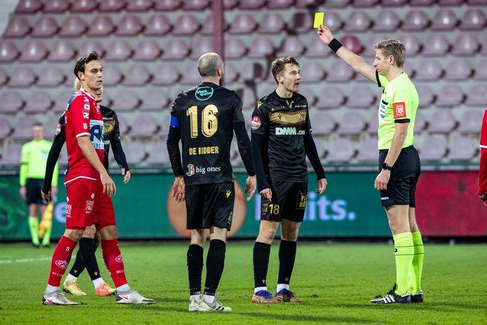 Trent Sainsbury (l.)  was zes wedstrijden out door een rugblessure, viel woensdag in, was meteen goed voor een vierde gele kaart, en staat tegen Cercle weer in het elftal van Yves Vanderhaeghe.