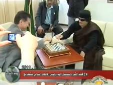Kadhafi joue aux échecs à la télévision (vidéo)