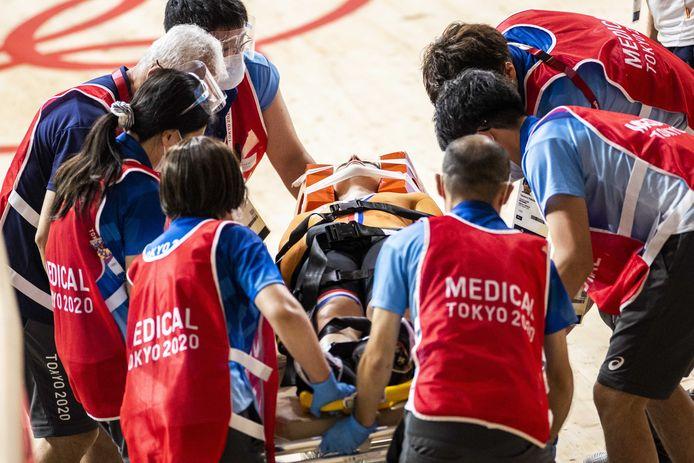 Laurine van Riessen wordt op een brancard afgevoerd na een val tijdens de kwartfinale keirin.