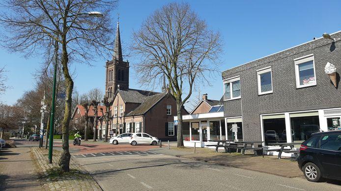 Zicht op de Heeswijkse kerk, vanuit de Hoofdstraat.