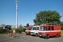 De drie busjes van Wildeweg op de parking van de voormalige brandweerkazerne