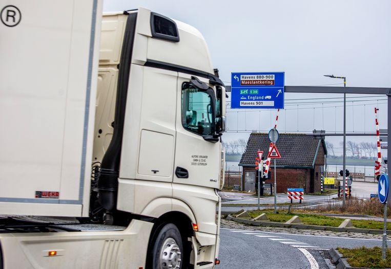Een vrachtwagen is maandag op weg naar de Stena Hollandica. Beeld Raymond Rutting / de Volkskrant