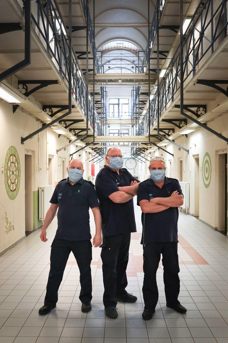Penitentiair beambten Rudy (52), Benny (49) en Marc (63). Rudy: 'Dat handen geven  en kussen, zullen we daar echt mee stoppen? Ik weet het niet, hoor. Als er een vrouw naar je toe komt en jou kust, wat doe je dan?'   Beeld Lieve Blancquaert