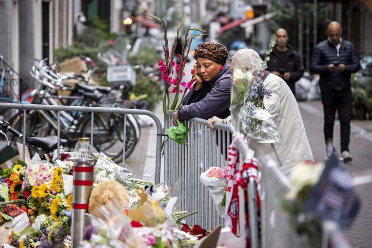 De bloemenzee voor Peter R. de Vries, op de plek waar hij werd neergeschoten in de Lange Leidsedwarsstraat, niet ver van het Amsterdamse Leidseplein. Beeld ANP