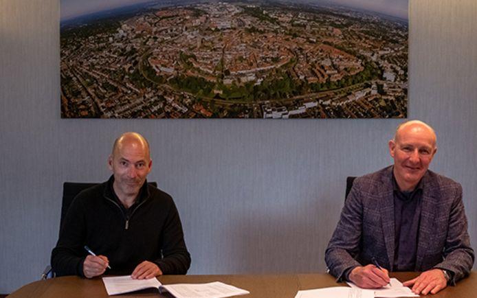 David Hess (links), partner van Kraaijvanger Architects, en wethouder Willem-Jan Stegeman ondertekenen de ontwerpovereenkomst voor een nieuw stadhuis in Amersfoort.