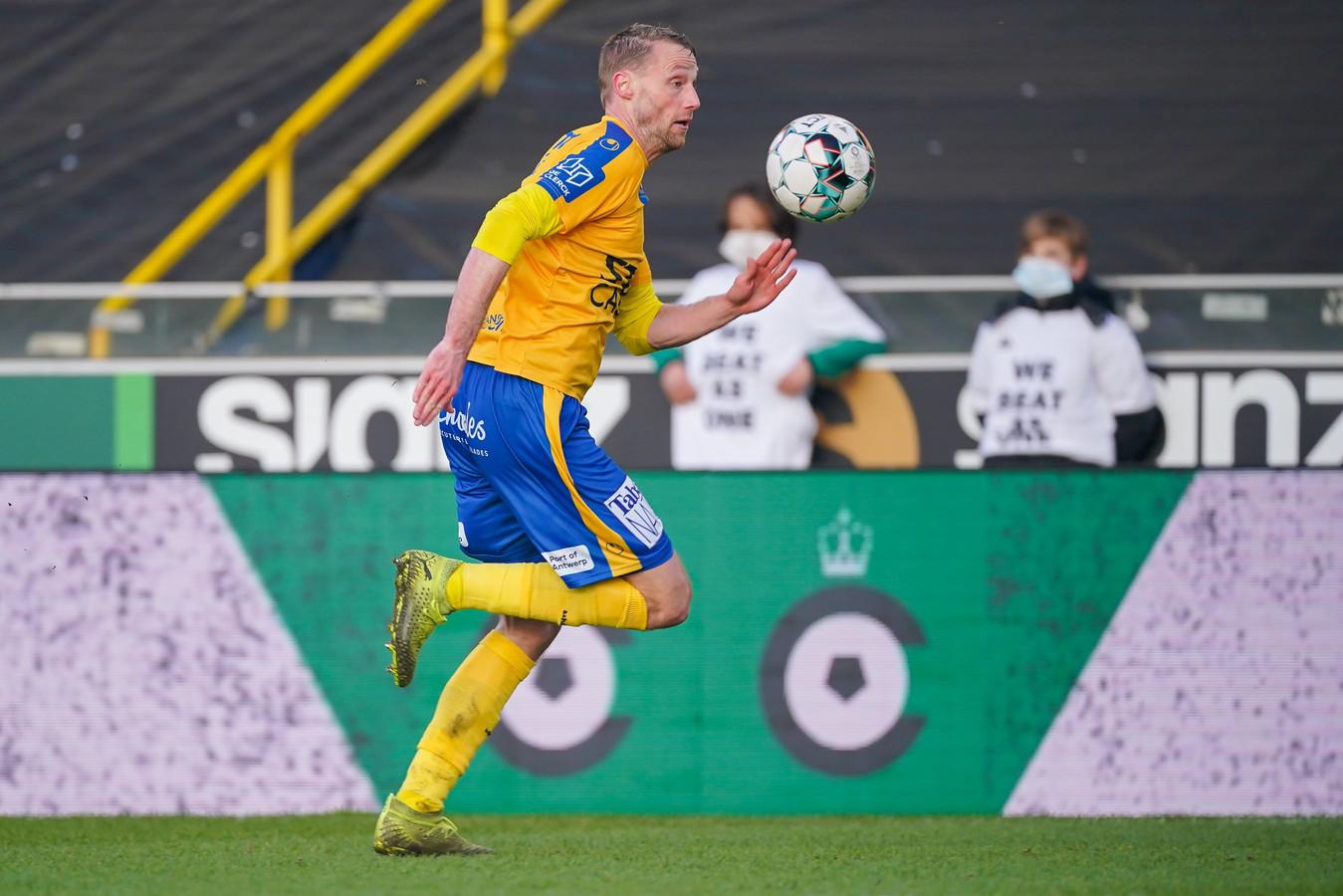 Felix Bastians van Waasland-Beveren in actie tijdens de 2-0-nederlaag bij Cercle Brugge.