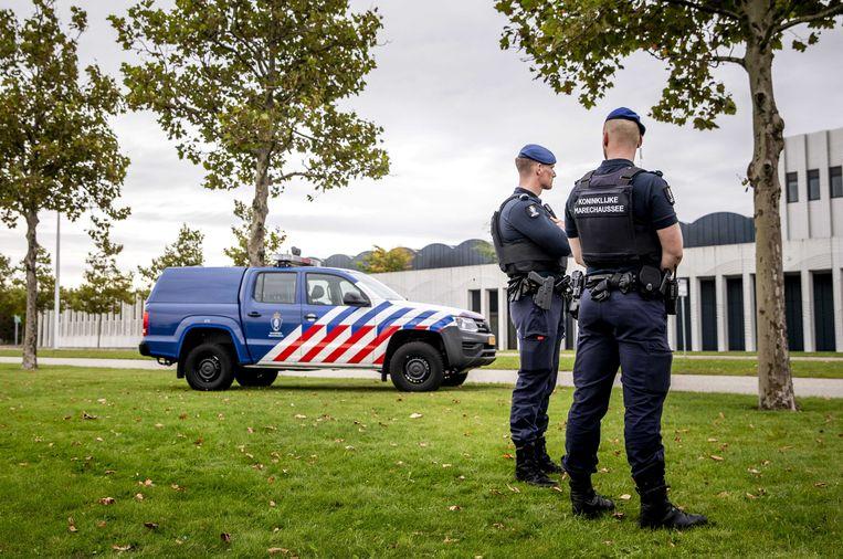 Zware beveiliging door politie en marechaussee bij de extra beveiligde rechtbank op Schiphol, waar de pro-formazitting in de strafzaak Marengo plaatsvindt.  Beeld ANP