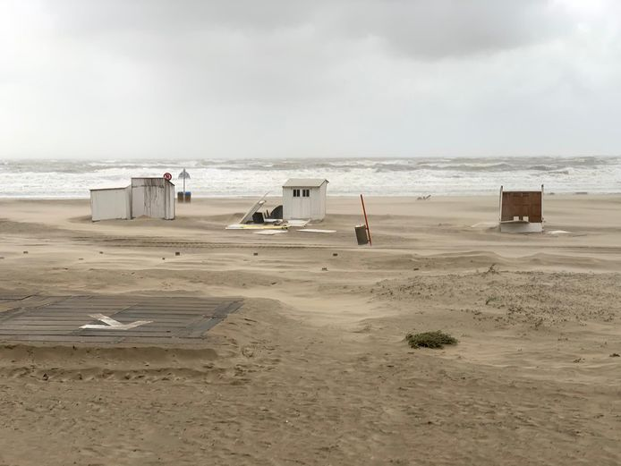 Omgewaaide en vernielde strandcabines in Blankenberge.