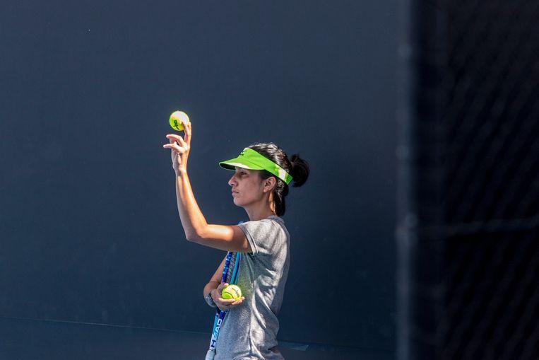 Elise Tamaela in Melbourne aan het werk als coach van Aleksandra Krunic. Beeld Hollandse Hoogte / The New York Times Syndication