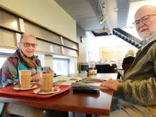 Kranten, praatje en tosti: bibliotheek in Hengelo is een dagelijks uitje voor Wim en An