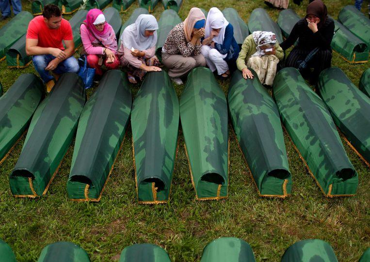 Bosnische vrouwen huilen bij nieuw geïdentificeerde lichamen van het bloedbad in Srebrenica in 1995. Beeld REUTERS