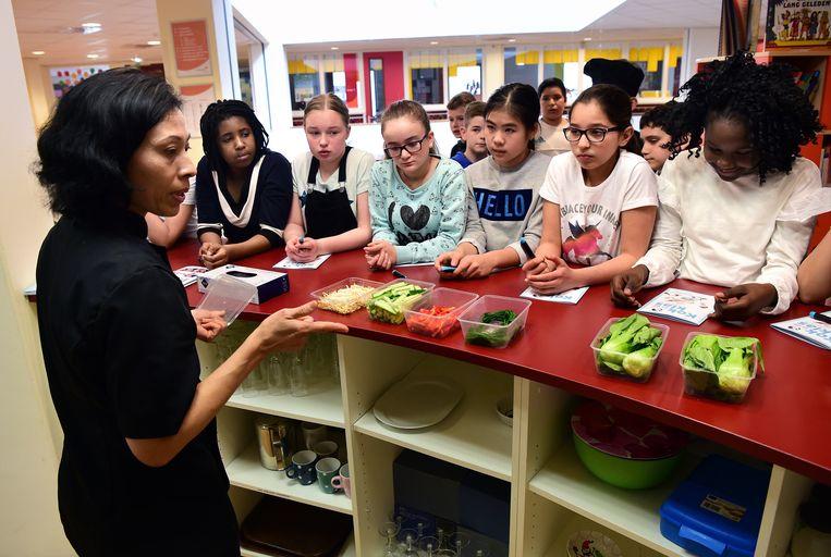 Leerlingen van groep 8 van basisschool Mozaiek in Helmond krijgen een les over koken en eten. Ze mogen zelf hapjes maken. Helmond doet sinds 2014 mee met JOGG (gezonde jeugd, gezonde toekomst). Beeld Marcel van den Bergh / de Volkskrant
