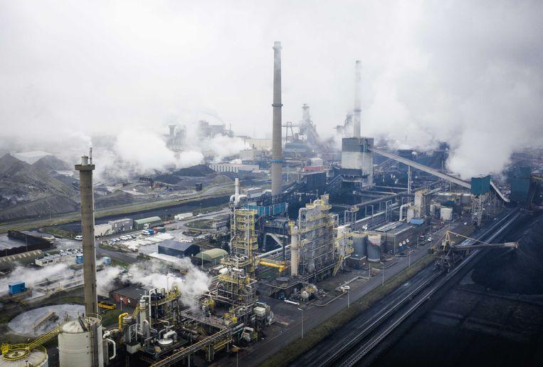 Dronefoto van staalfabrikant Tata Steel, met onder meer hoogovens rond de vestiging in IJmuiden.  Beeld ANP