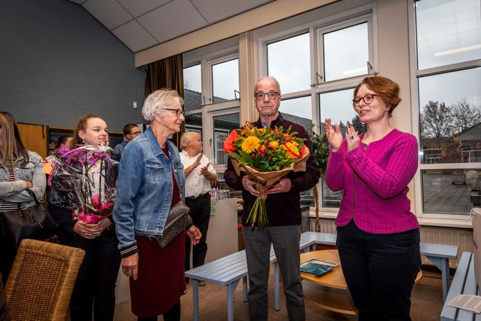 Mies Adriaans is uitgeroepen tot Bergeijkenaar van het jaar 2019. Wethouder Manon Theuws (rechts) maakte dat bekend in het Aquinohuis in Bergeij.