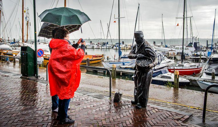 Toeristen in de haven van Volendam. Beeld ANP