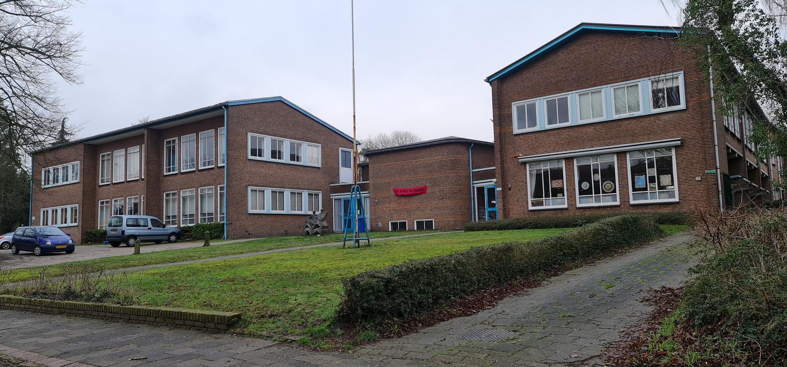 Het oude Montessori College aan de Berg en Dalseweg 295 gaat nog voor de zomeer tegen de vlakte.