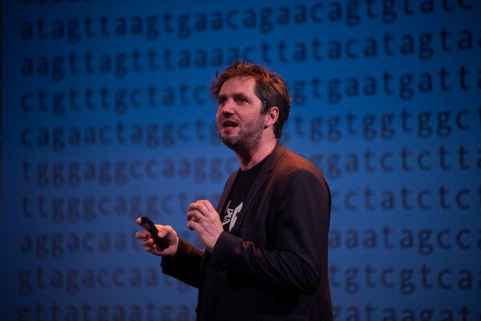 Lieven Scheire toont zijn DNA profiel aan het Gentse publiek.