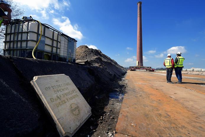 Op het einde van de rit wacht de oude gedenkplaat voor verplaatsing van de Philips schoorsteen in Roosendaal.