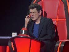 """Marc Lavoine explique (enfin) pourquoi il utilise ses lunettes d'une étrange manière dans """"The Voice"""""""