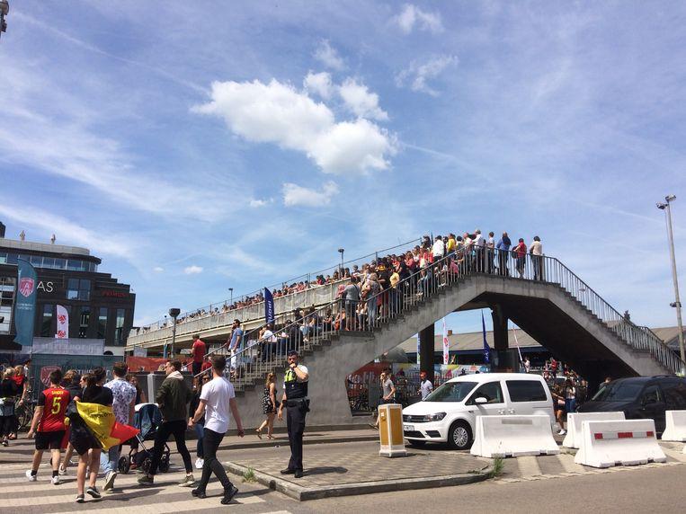Een slimme oplossing: supporters verplaatsen zich naar het wandelterras, maar ook deze loopt vlot vol. Beeld Marc Schoetens