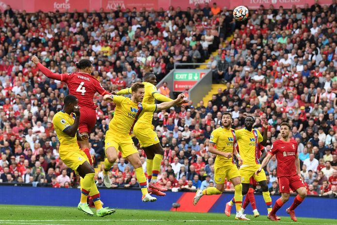 Virgil van Dijk (rugnummer 4) in actie namens Liverpool tegen Crystal Palace.
