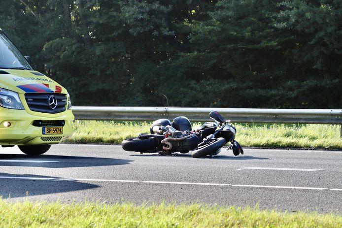 Op de A1 bij De Lutte is donderdagmorgen een motorrijder gewond geraakt. De motorrijder is door nog onbekende oorzaak ten val gekomen.
