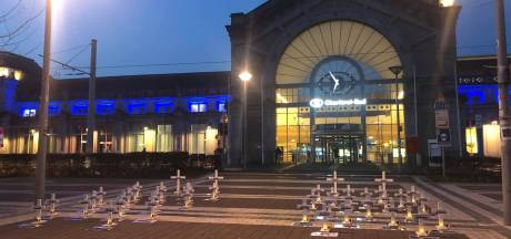 Un cimetière symbolique a été aménagé en face de la gare de Charleroi Sud