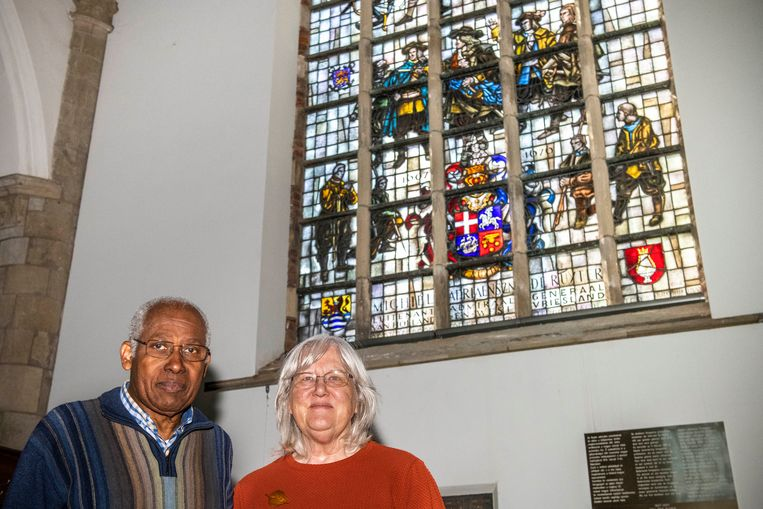 Siegfried en Anneloes Steglich in de Sint Jacobskerk in Vlissingen, bij het Michiel de Ruyter glas-in-loodraam. Beeld Boaz Timmermans/Fos Fotografie