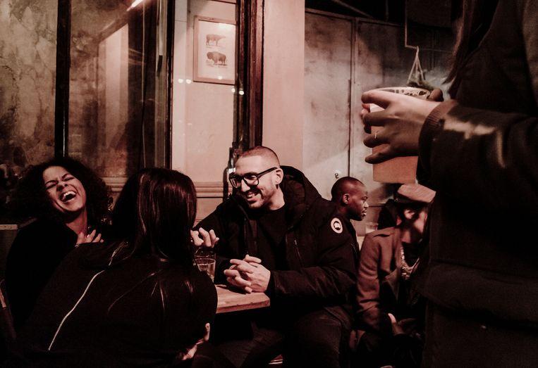 Le Little, een café in de buurt van Le Bataclan, zit afgeladen vol. Mensen drinken, roken, praten en kussen comme si de rien n'était. Beeld Karoly Effenberger