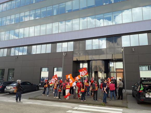 Franse vakbonden protesteren aan de ingang van het gebouw van TUI Belgium op Zaventem.