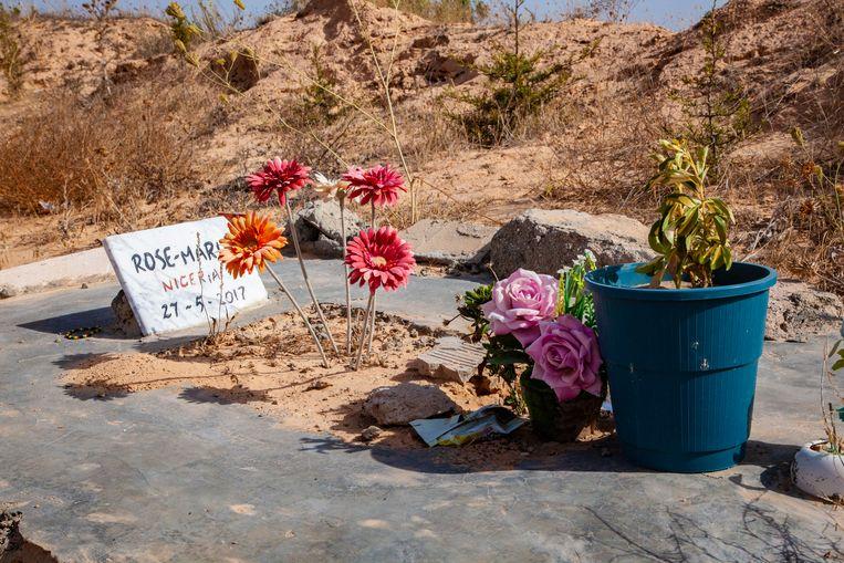 Het graf van Rose-Marie op de Begraafplaats der Naamlozen in Zarzis.'Ze is de enige bekende die we hebben. Ze was 28 en kwam uit Nigeria.' Beeld Brecht Surmont