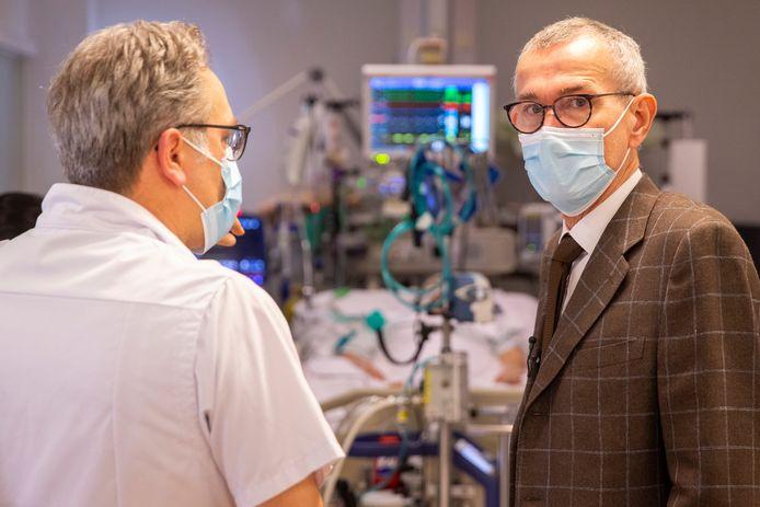 Le ministre de la Santé publique Frank Vandenbroucke (Vooruit) lors d'une visite ce mercredi à l'hôpital universitaire de Gand (UZ Gent).
