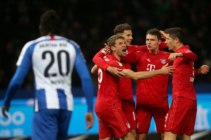 Thomas Müller juicht nadat hij Bayern op voorsprong heeft gezet.