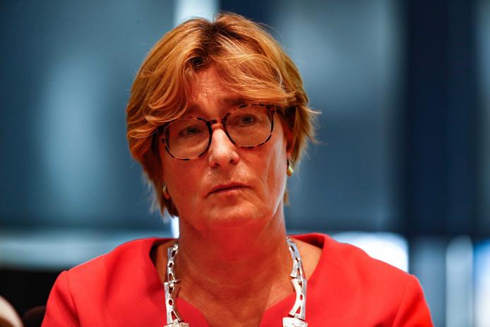 Burgemeester Wobine Buijs-Glaudemans tijdens een persconferentie op het gemeentehuis van Oss  over het dodelijke ongeval bij de spoorwegovergang Oss-West.