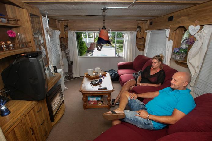Theo van Wetten met zijn partner voor de beeldbuis op de camping in Heeze.
