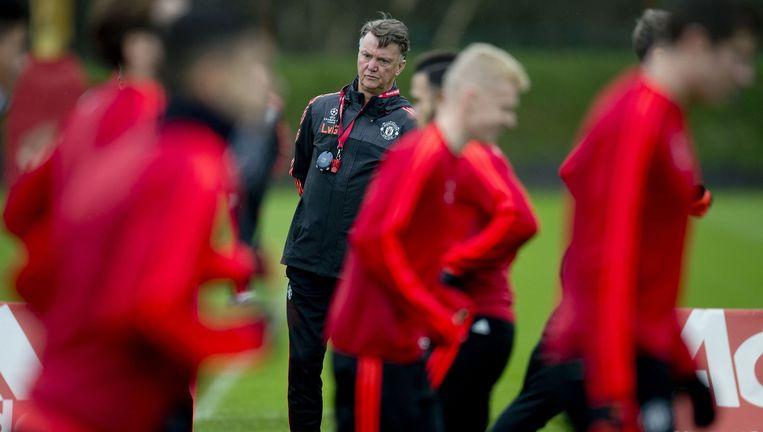 Van Gaal observeert zijn spelers tijdens de training in de aanloop naar het duel met PSV. Beeld AFP