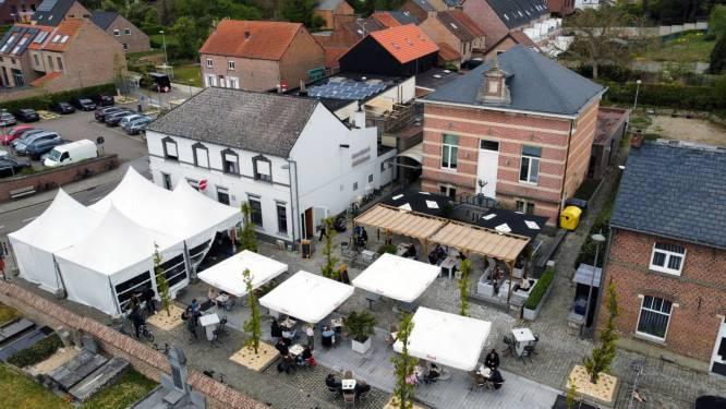 """Café Het Buurthuis mag hele straat gebruiken als terras: """"Een geluk bij een ongeluk!"""""""