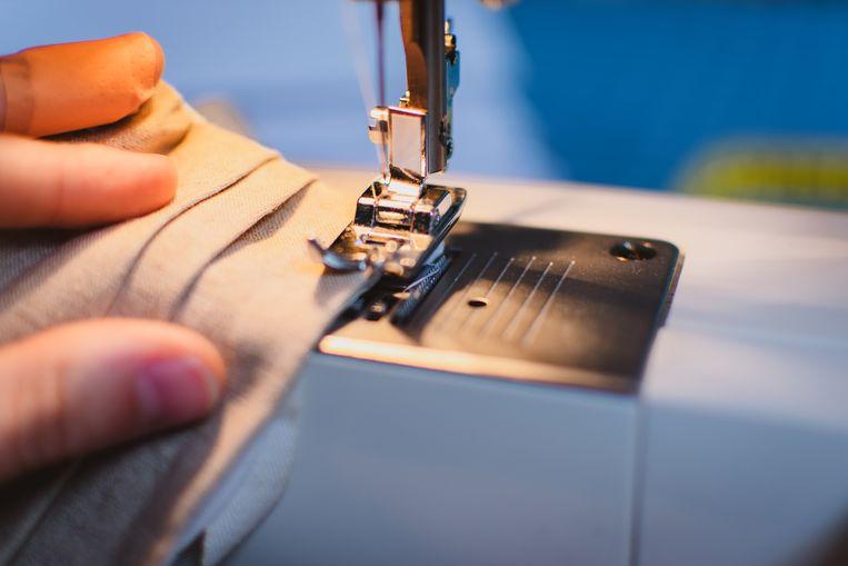 Zelf een mondmasker maken met een naaimachine. Beeld Charlotte Taelman