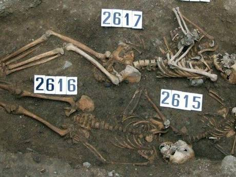 Archeologen treffen in graf geboren foetus aan