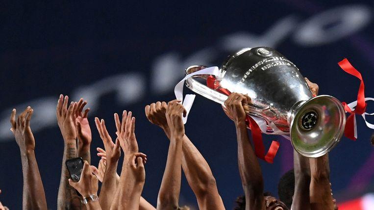 Spelers van Bayern München, de laatste winnaar van de Champions League, houdt de cup met de grote oren omhoog.  Beeld Reuters