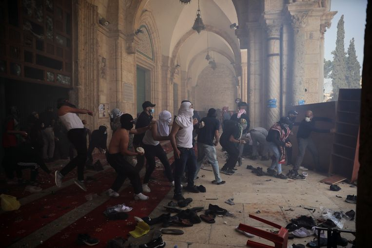 Palestijnen botsten vandaag met Israëlische veiligheidsagenten in de Al Aqsa-moskee.  Beeld AP