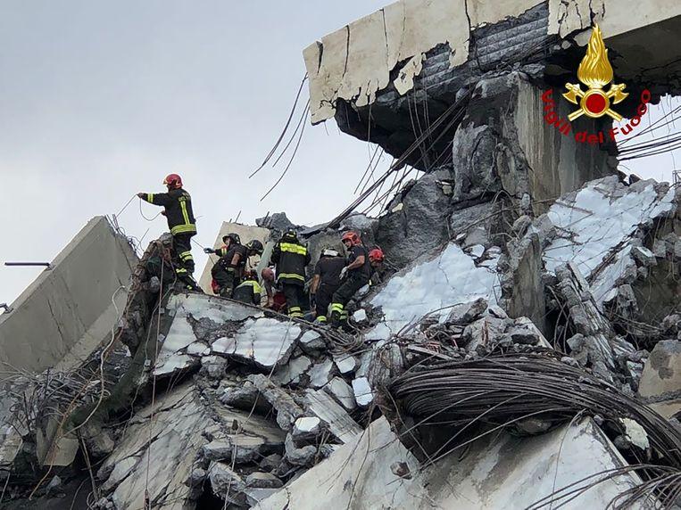 Intussen gaat in het puin van de ingestorte brug de zoektocht naar overlevenden voort.