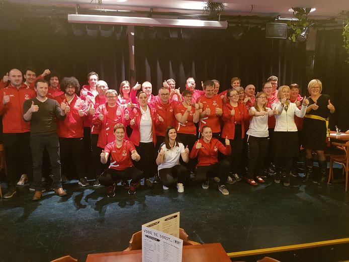 De zestien atleten en zestien trainers samen met burgemeester Vera Celis en schepen van Sport Marleen Verboven (rechts).