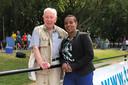 Wim bleef altijd geïnteresseerd in sport en atletiek in het bijzonder. Hier tijdens een onderonsje met voormalig sprintster Nelli Cooman.