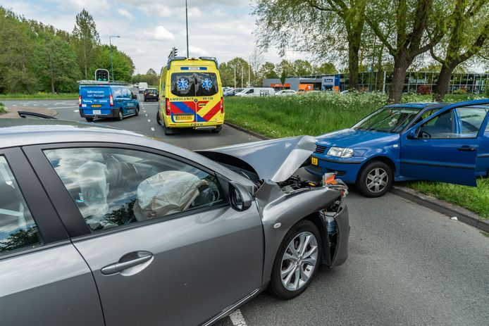 Twee auto's zijn op een kruising in Maarssen op elkaar gebotst.