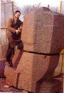 Piet Slegers in 1968 bij het vervaardigen van zijn kunstwerk Bron.