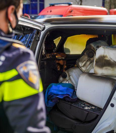 Brand in auto die was volgeladen met vaten in Geldropse woonwijk