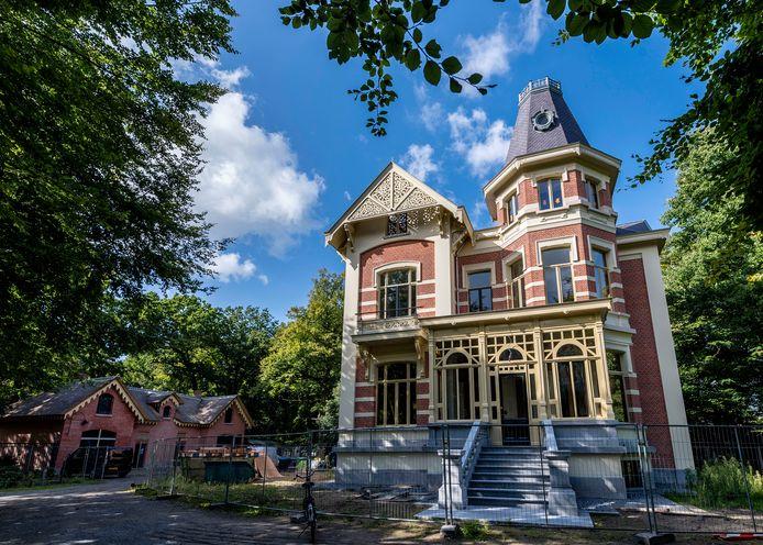 Villa de Beek. De bewoners kopen een extra stuk grond bij hun woning, daarmee is de kwestie over de erfgrens opgelost.